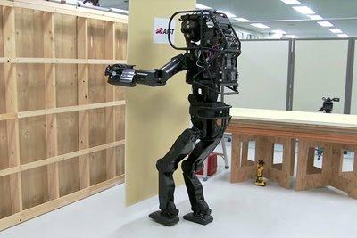 HRP-5P: رباتی که دیوار کاذب نصب میکند
