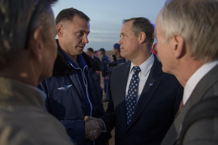 Nick Hague shaking hands with Jim Bridenstine