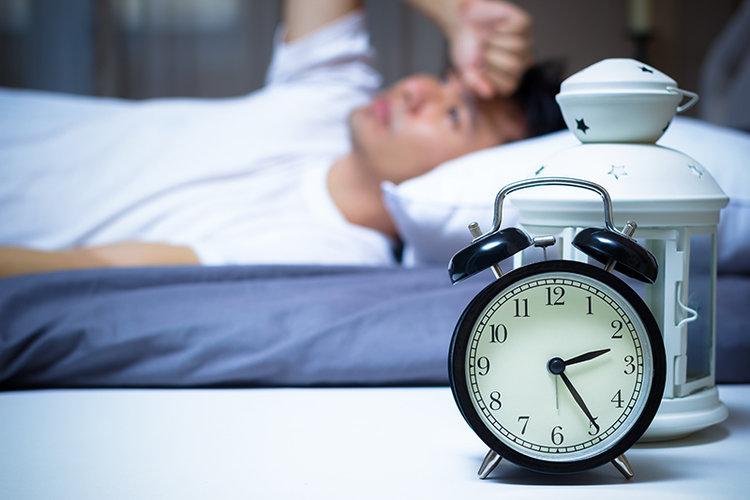 خواب کمتر از ۶ ساعت بدن را با کم آبی مواجه میکند