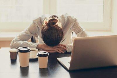آلزایمر و زوال عقل؛ عواقب پشت میز نشستن به مدت طولانی