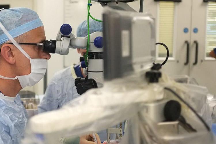 نخستین عمل رباتیک چشم انسان