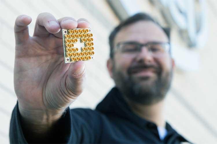 اینتل در حال کار روی ساخت رایانههای کوانتومی است، اما به روش خودش