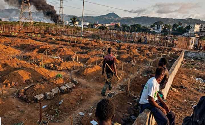 گورکنها در قبرستان فریتاون در سیرالئون