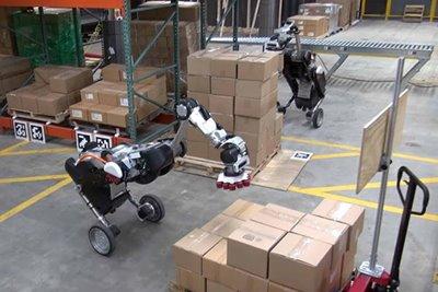 ویدیوی جدید، ربات دوپای بوستون داینامیکس را مشغول کار در یک انبار نشان میدهد