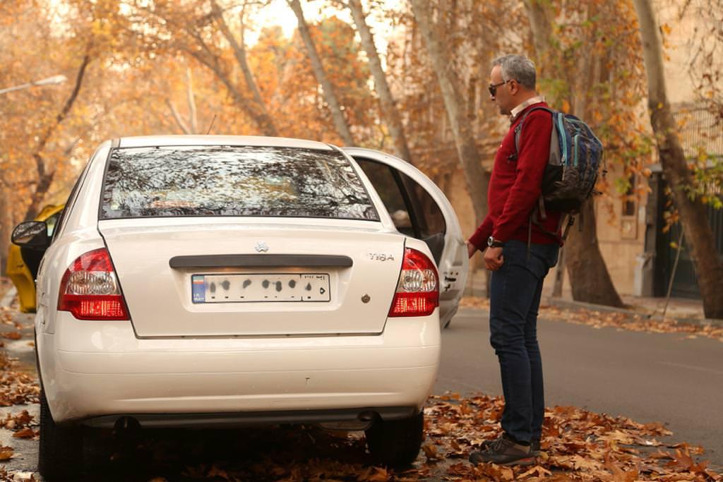 مسافر نابینای تپسی درحال سوار شدن بر تاکسی