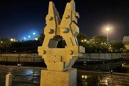 نمونه عکس دوربین واید آیفون ۱۲ پرو اپل در تاریکی - مجسمه ای در باغ کتاب تهران