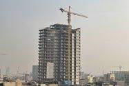 نمونه عکس دوربین تلهفوتو آیفون ۱۲ پرو مکس در طول روز - ساختمان نیمهکارهای در خیابان جردن تهران