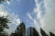 نمونهعکس دوربین اولتراواید آیفون ۱۲ پرو مکس - نمای عریض از ساختمانی در باغ کتاب تهران