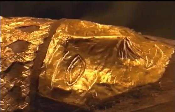 نقابی از چهرهی مومیایی که شباهت زیادی به نقابهای مرگ مصریان باستان دارد
