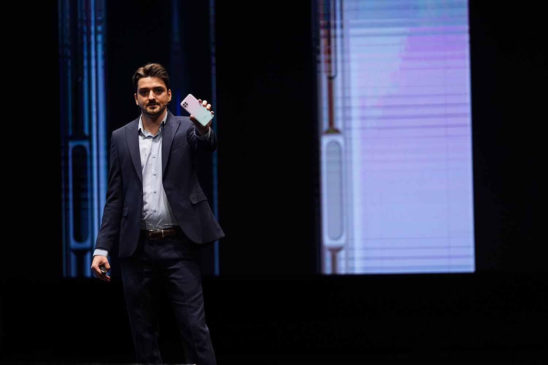 علی فخار درحال نمایش هواوی نوا 7i در رنگ صورتی