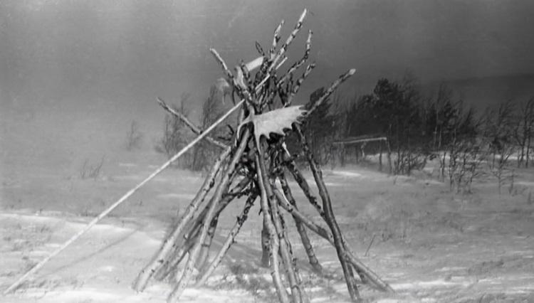 حادثه گذرگاه دیتلوف: سازه نمادین چوم متعلق به مانسی ها