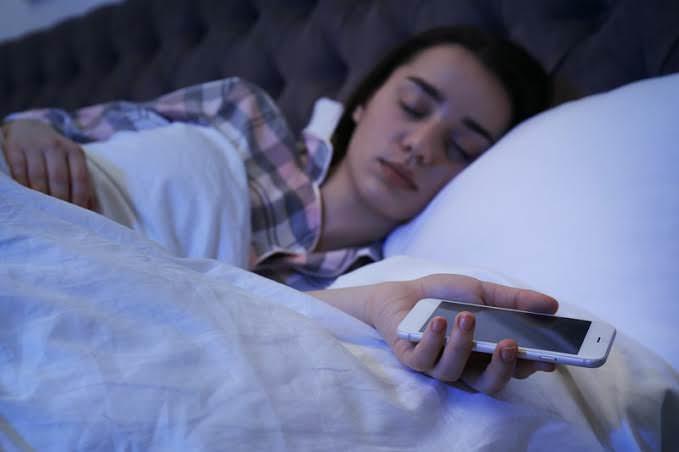 خوابیدن با گوشی در دست