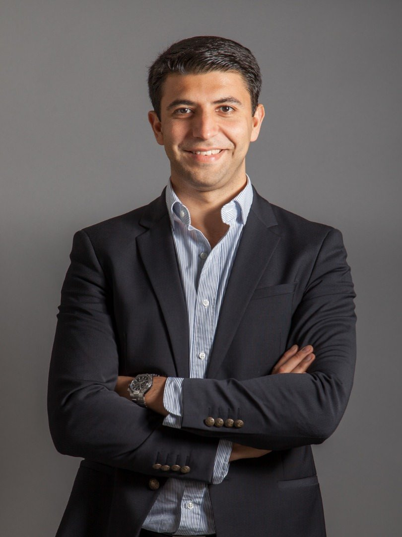 مهدی نایبی، مدیرعامل الوپیک درحالت ایستاده دست به سینه