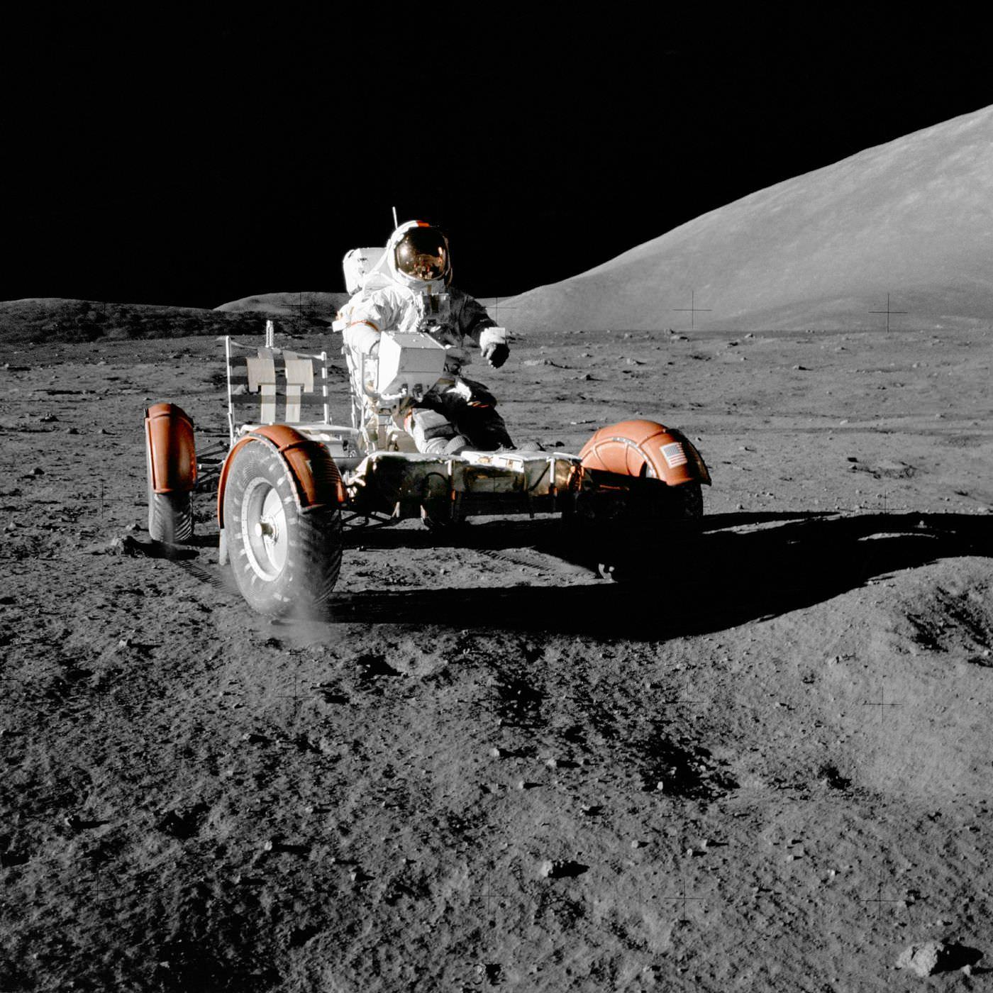 یوجین سرنان سوار بر خودرو ماه پیمای ماموریت آپولو ۱۷
