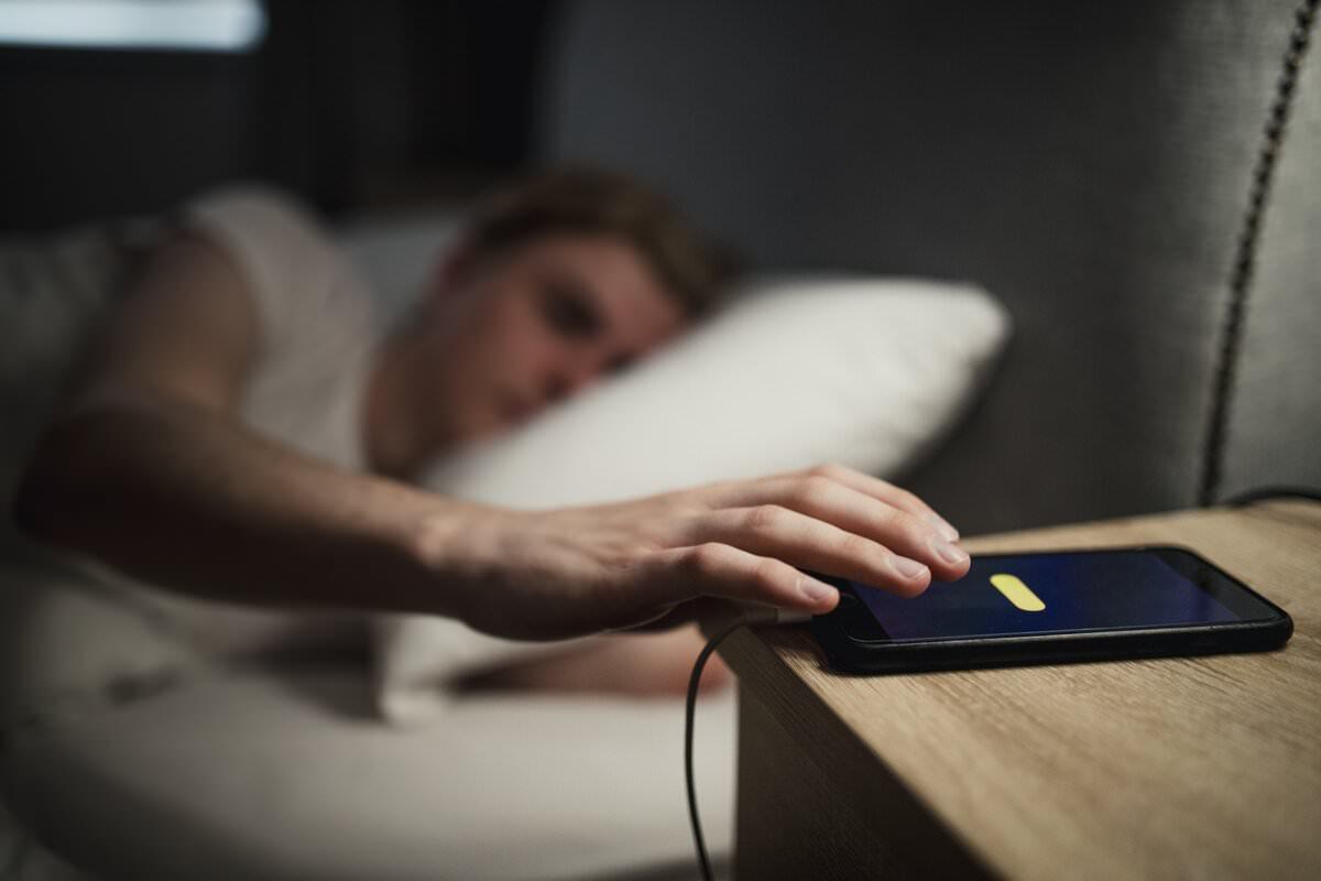 چرا شارژکردن تلفن همراه در طول شب به دستگاه آسیب میزند؟