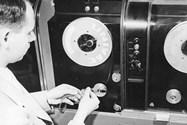 ۱۹۵۱: برای اولین بار از نوار مغناطیسی برای ثبت دادهها روی کامپیوتر استفاده شد