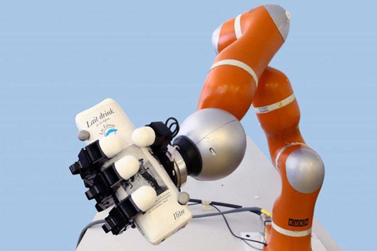 تماشا کنید: دانشمندان موفق به ساخت بازوی رباتیکی شدند که در کمتر از یک چشم برهم، زدن حشره در حال پرواز را می گیرد