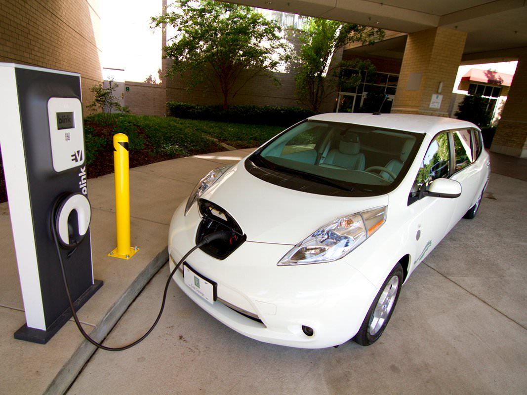 in 2010 nissan begin delivering its all electric leaf in the us 2bbec